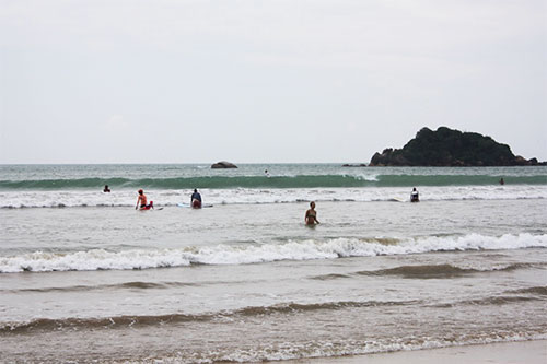weligama beginner waves for surfing